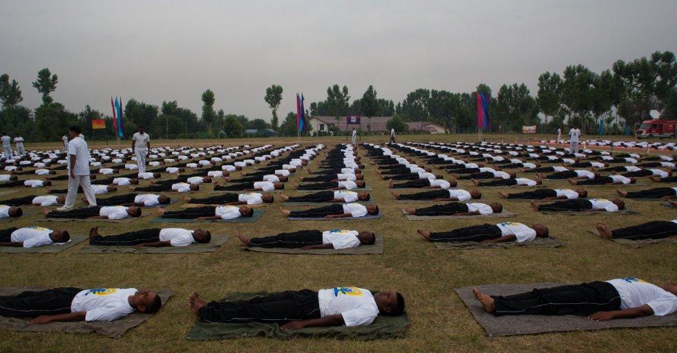 Tropas indias practican Yoga durante el día Internacional del Yoga en el Bombay.Srinagar, en la región de Kashmir, India.