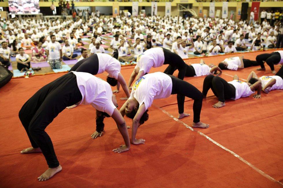 Miembros de la Asociación de Yoga de Bangladesh participan en una clase multitudinaria durante la celebración del Día Internacional del Yoga, organizada por la embajada de la India en el Mirpur Indoor Stadium en Dhaka, Bangladesh.