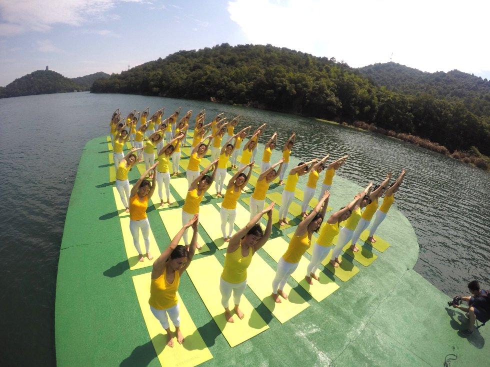 Día Internacional del Yoga en aguas del lago Shiyan en Changsha, provincia de Hunan, China.