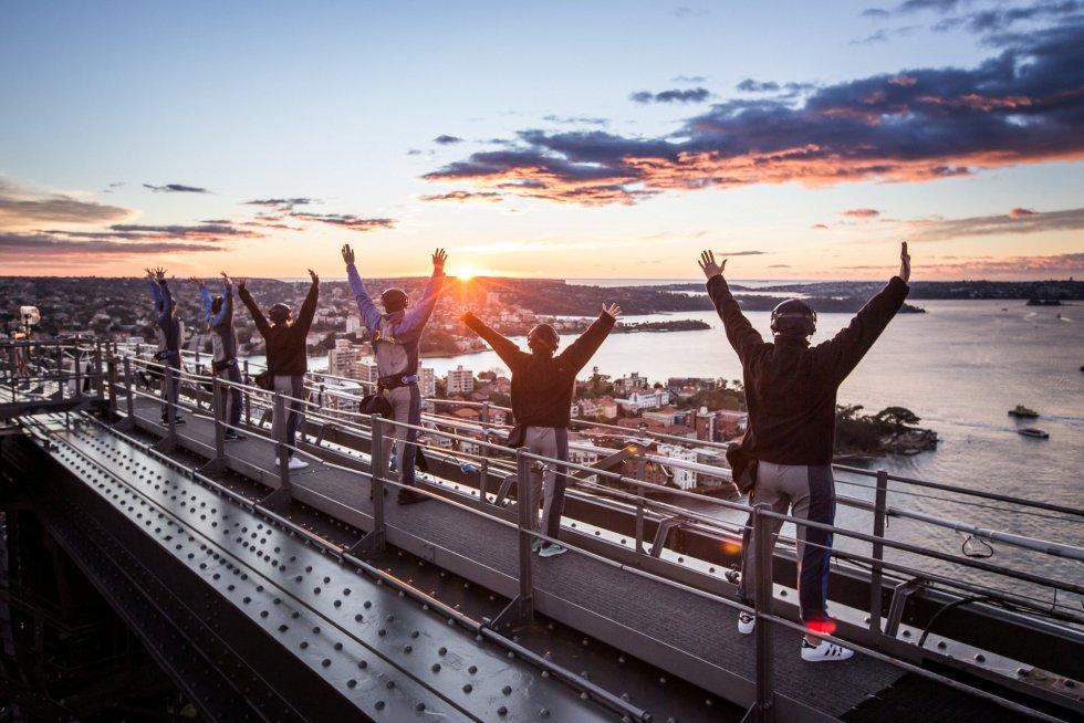 Practicantes de Yoga en el puente del puerto Sydney, Australia.