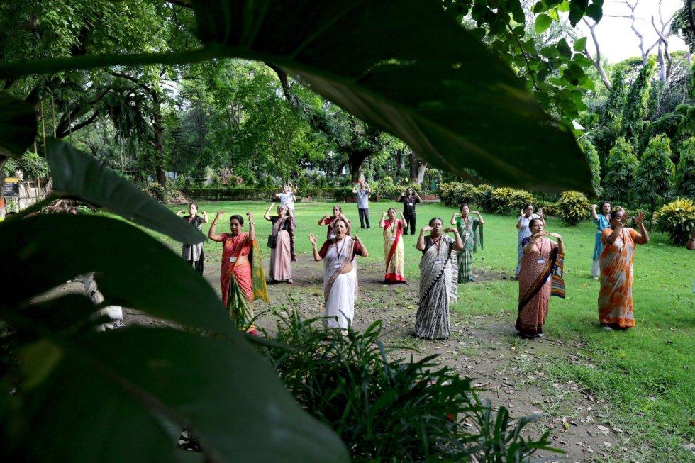 Mujeres practican yoga en un parque en Calcuta (India) un día antes del Día Internacional del Yoga.