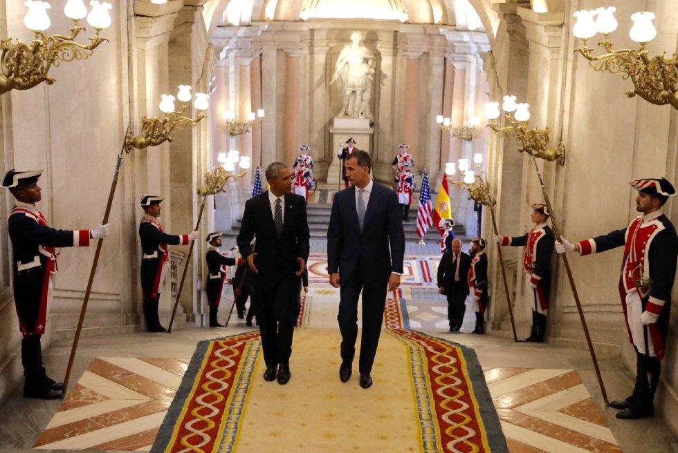 El rey Felipe VI tras recibir al presidente de EEUU, Barack Obama, hoy en el Palacio Real de Madrid, en su primera visita oficial a España
