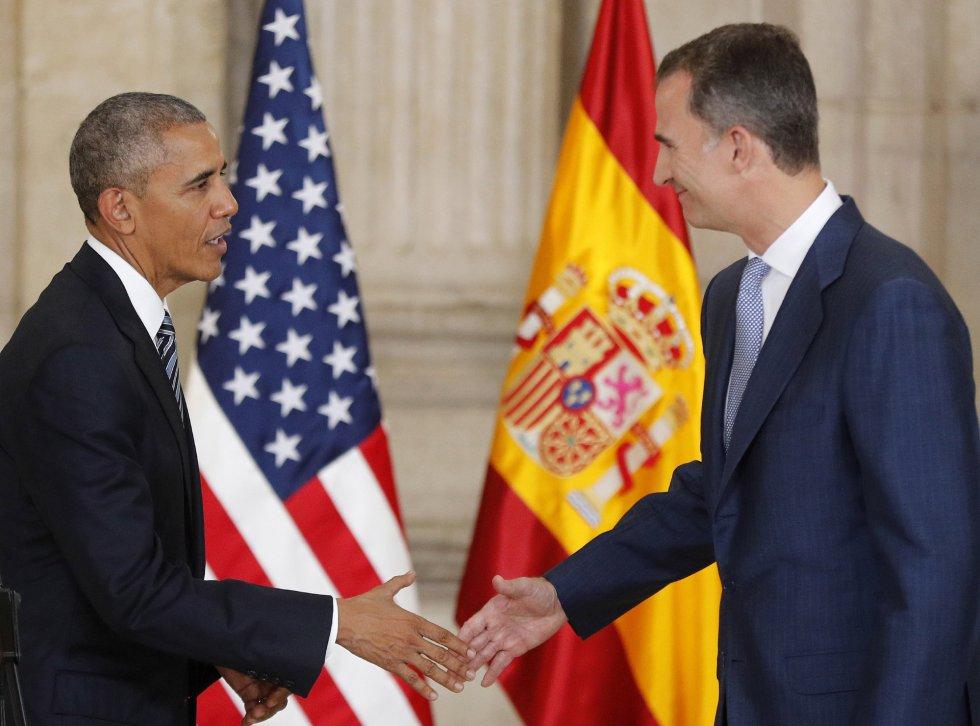 El rey Felipe VI saluda al presidente de los EEUU, Barack Obama, en el salón de las Columnas del Palacio Real