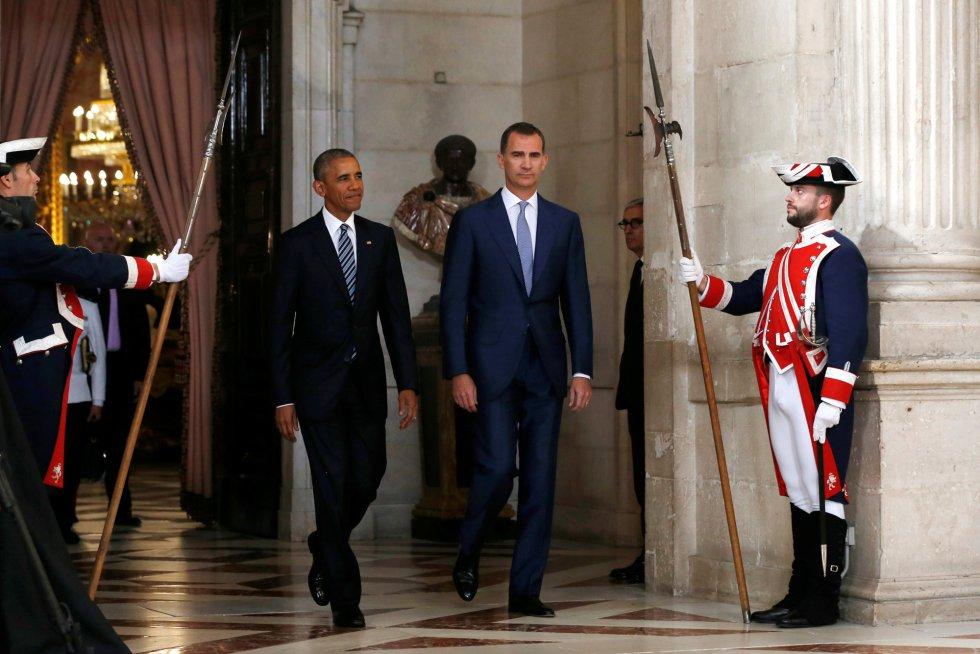 El rey Felipe VI, junto a Barack Obama en su llegada al salón de las Columnas del Palacio Real