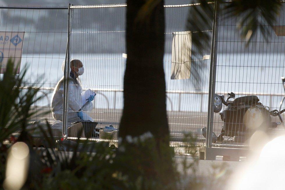 La policía forense desplazada al lugar del ataque sigue recogiendo prubas