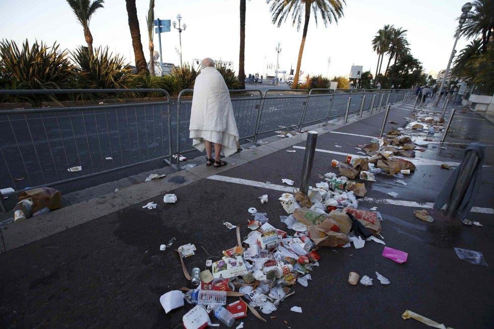 Un hombre camina entre los restos de la caótica noche sufrida en Niza