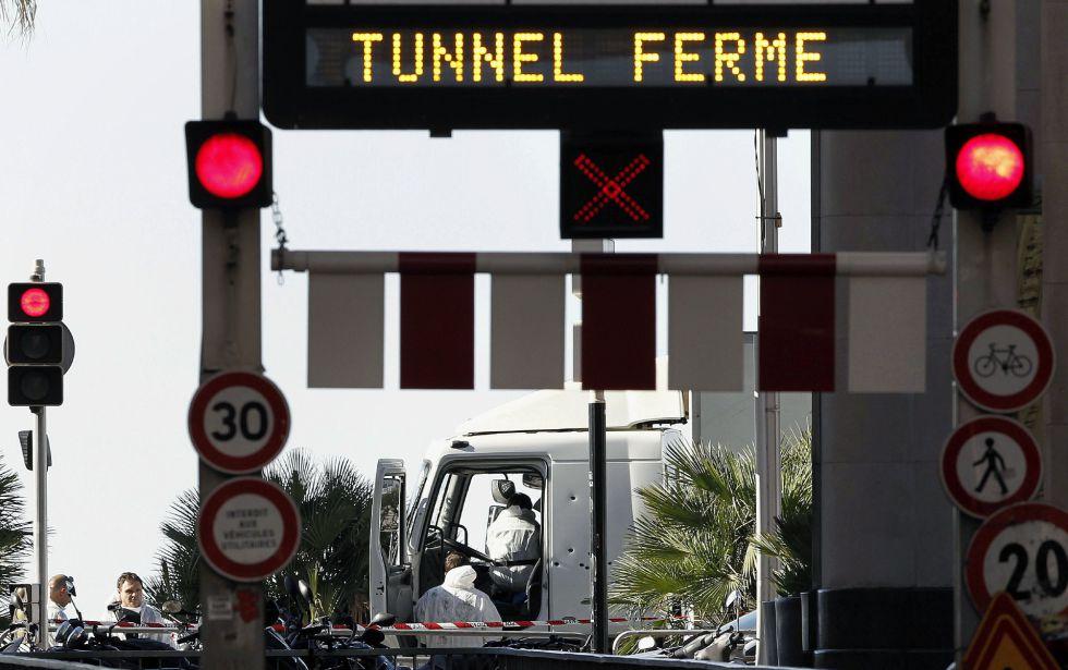 Investigadores de la policía en la cabina del camión que anoche arrolló a una multitud que presenciaba los fuegos artificiales de la fiesta nacional del 14 de Julio en Niza