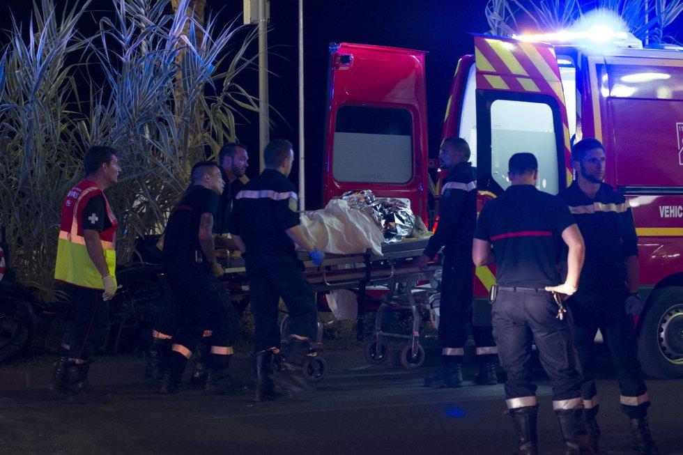 Los heridos son evacuados del lugar en donde un camión chocó contra la multitud durante las celebraciones del Día de la Bastilla en Niza