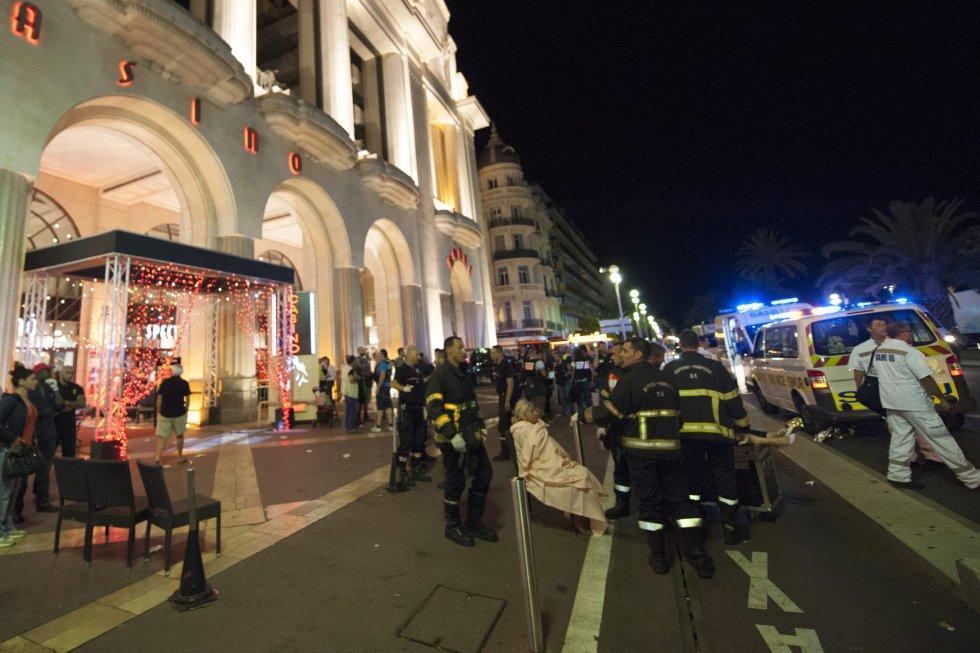 """La ciudad ha mostrado al instante la solidaridad con los afectados por el ataque, y una etiqueta en las redes sociales """"#PortesOuvertesNice"""""""