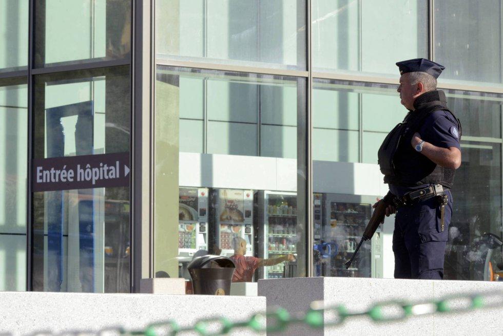 Un policía a la entrada del hospital al que han sido trasladados a lo largo de la noche los cientos de heridos en el ataque a Niza