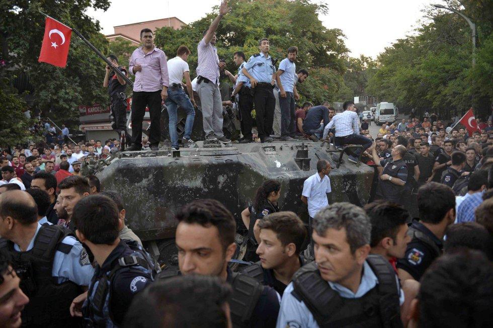 La policía turca acordona un tanque en Ankara