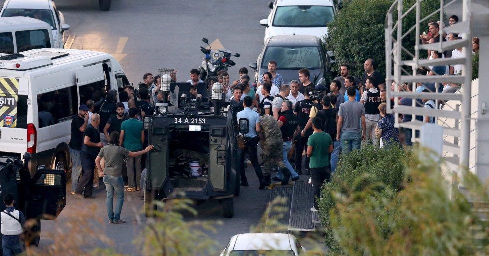 La policía turca arresta a algunos de los soldados que anoche perpetraron el fallido golpe de estado