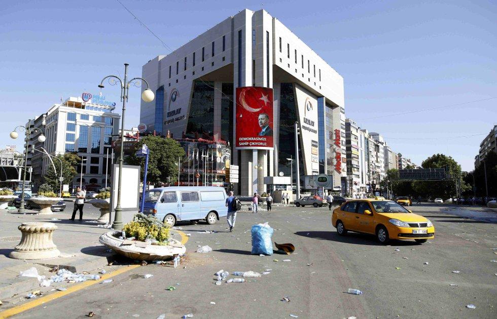 Un cartel con la foto de Erdogan preside una de las calles que anoche sufría el intento de golpe A portrait of Turkish President Tayyip Erdogan is seen on a building in Ankara, Turkey July 16, 2016.  REUTERS/Tumay Berkin
