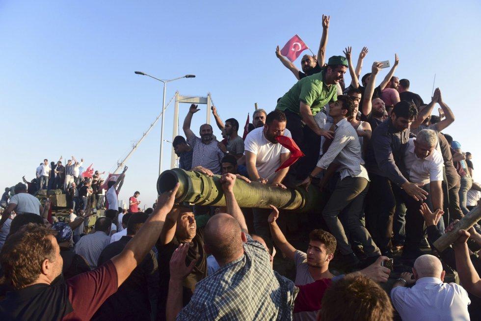 Los defensores de Tayyip Erdogan celebran el haber parado a los soldados golpistas