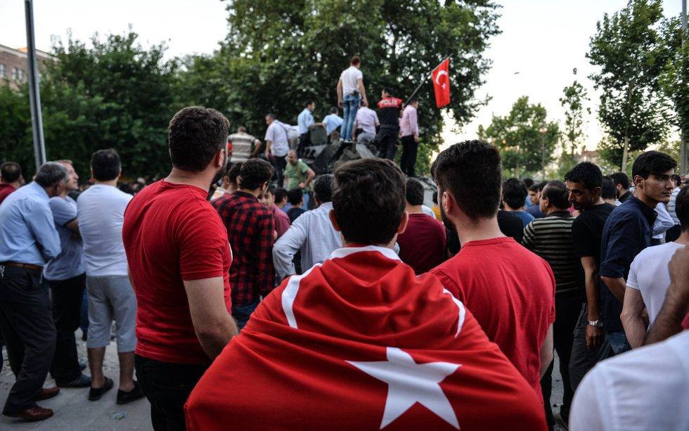 La gente se sube a los tanques para celebrar el fin del intento de golpe de estado
