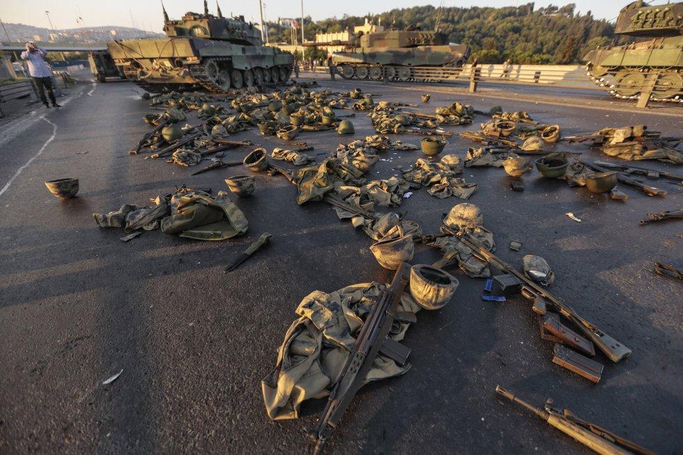 La armas y la vestimenta de los soldados golpistas cubre ahora las carreteras