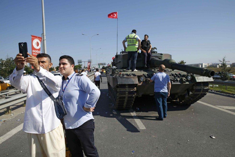Unos hombres se toman un selfie frente a los tanques que todavía están en las calles de Estambul
