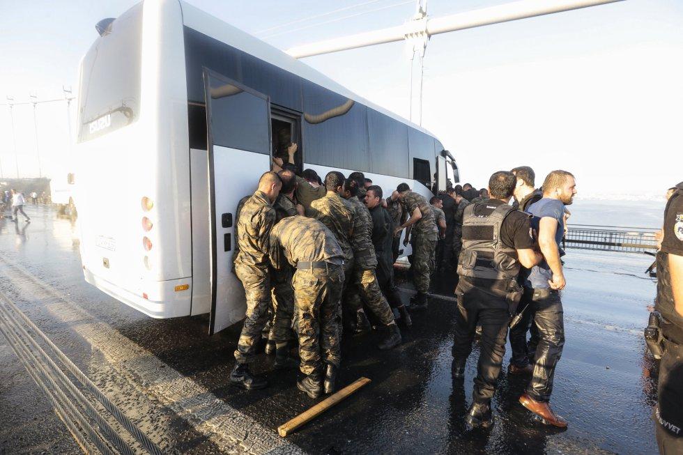 Los soldados involucrados en este intento de golpe de estado ya han sido detenidos por la policía turca, afín a Erdogan