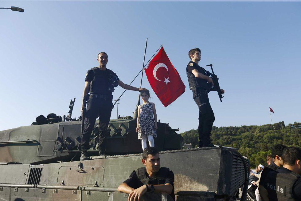 La policía tiene el control ahora de los tanques que anoche causaban el caos en el puente del Bósforo de Estambul