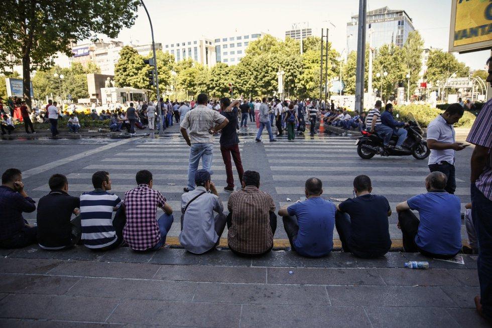 La gente espera y descansa en el barrio de Kizilay en Ankara