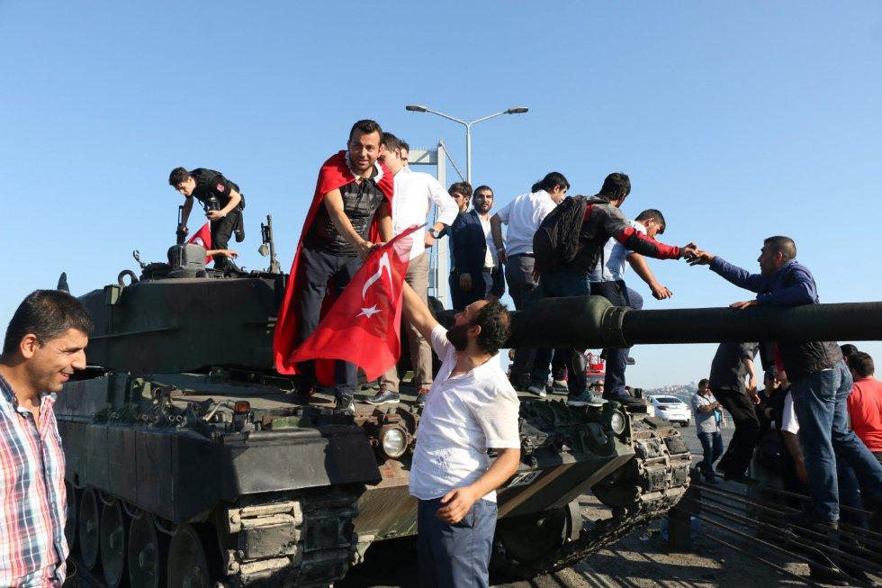 La policía turca y los seguidores de Erdogan celebran en los tanques su victoria frente a los golpistas