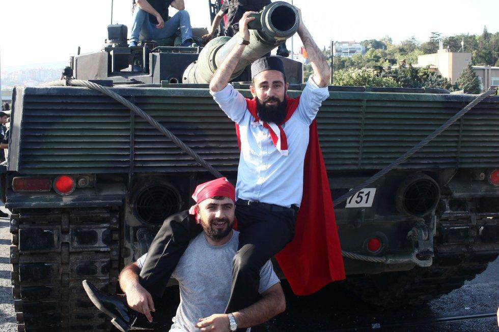Los seguidores de Erdogan celebran que el golpe de Estado ha sido fallido