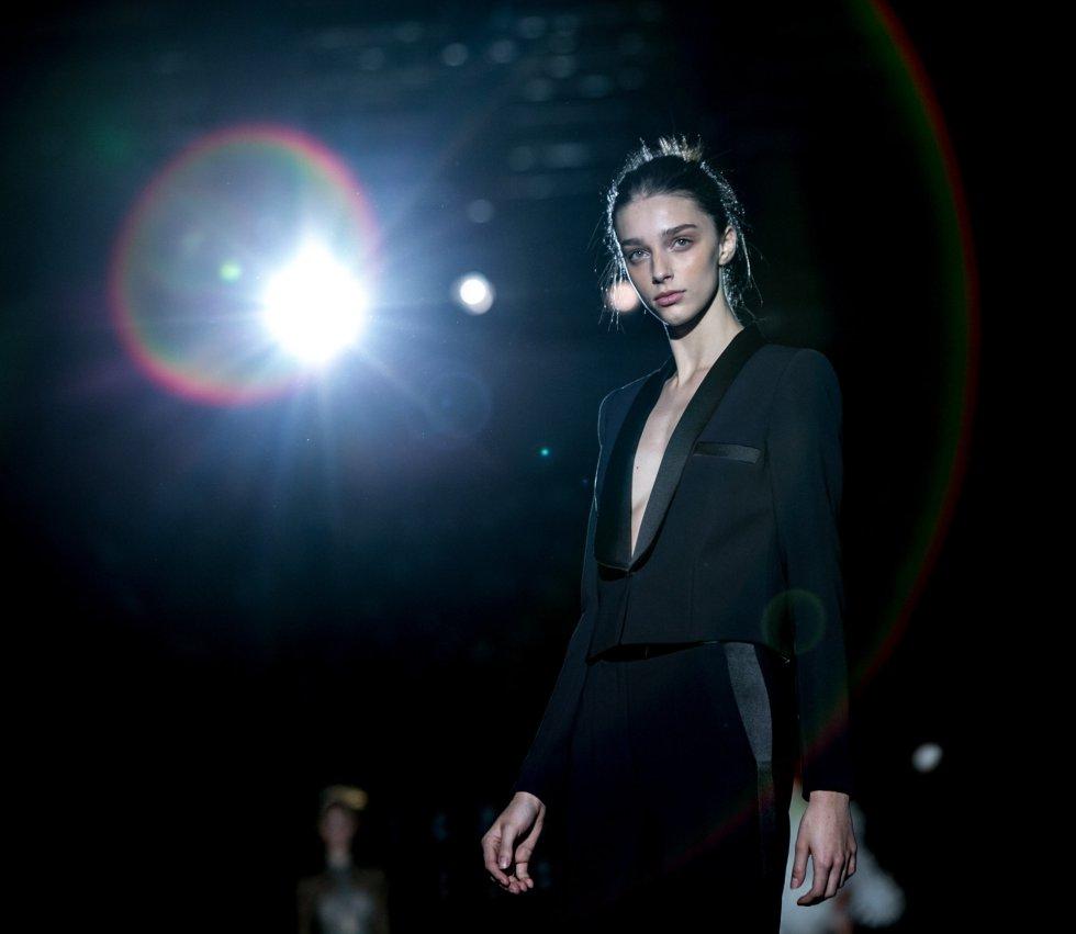 Una modelo camina en la pasarela de la Mercedes-Benz Fashion Week Madrid.