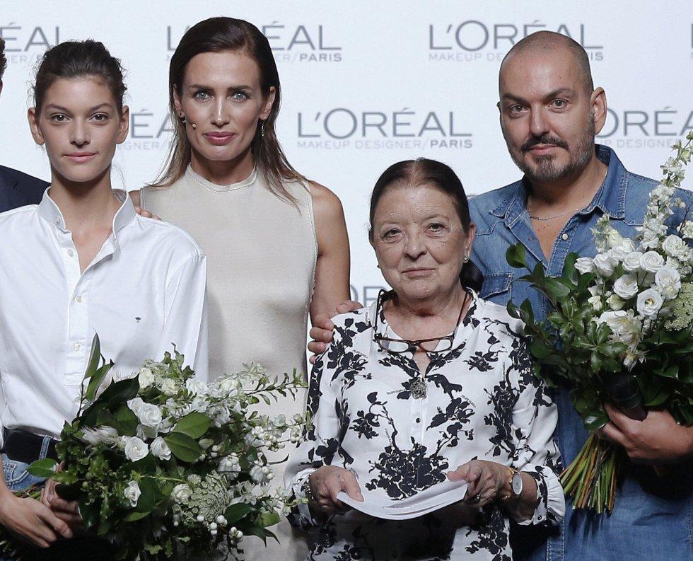La modelo Nieves Álvarez y la directora de la pasarela Cuca Solana, posan con Marta Ortiz y el diseñador Juan Duyos, que han recibido el premio a mejor modelo y mejor colección, respectivamente.