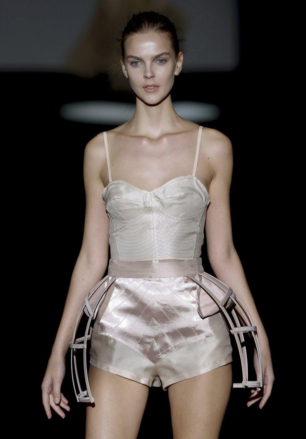 Una modelo luce las creaciones de Malne en la cuarta jornada de la 64 edición de la pasarela Mercedes-Benz Fashion Week Madrid.