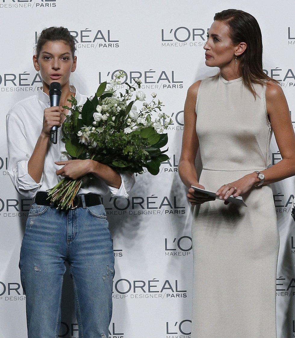 La modelo Nieves Álvarez, junto a Marta Ortiz, quien ha recibido el premio a la mejor modelo de la 64 edición de la pasarela Mercedes-Benz Fashion Week Madrid.