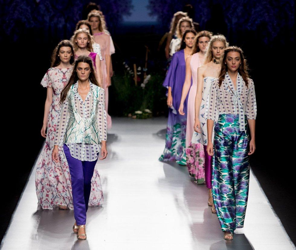 Modelos mostrando los diseños de Esther Noriega.