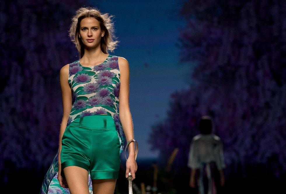 Una modelo muestra los diseños de Esther Noriega.
