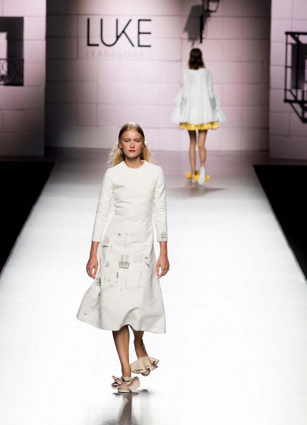 Modelo mostrando los diseños de  Luke Leandro Cano.
