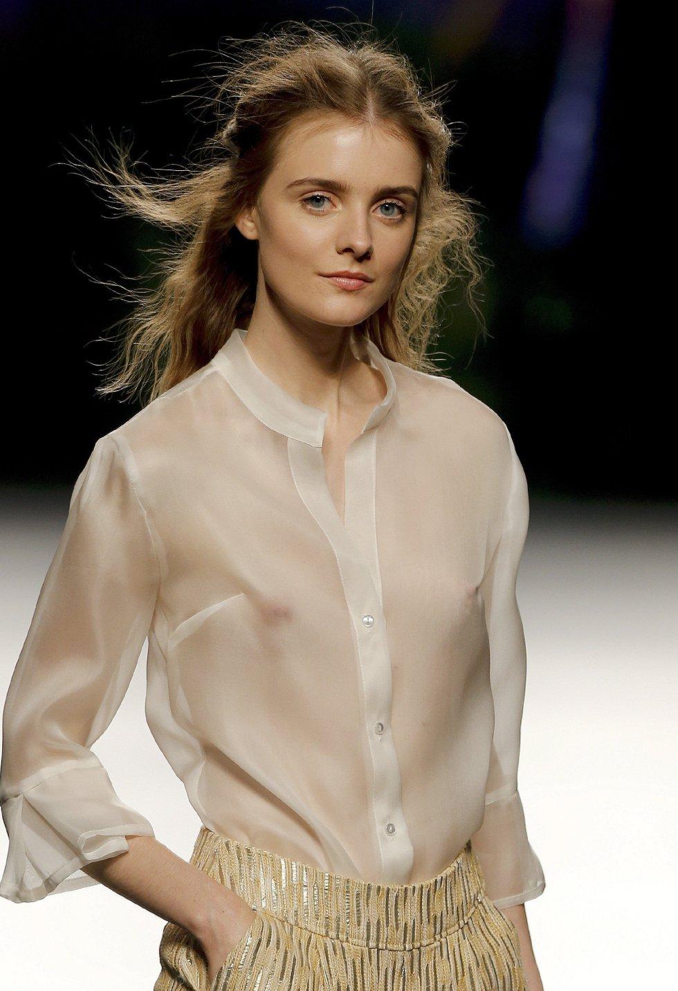 Modelo mostrando los diseños de Esther Noriega.