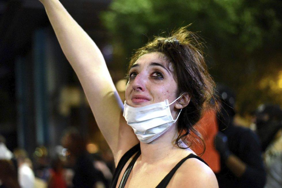 Una manifestante llora durante unos disturbios con la policía antidisturbios en Charlotte en Carolina del Norte (Estados Unidos).