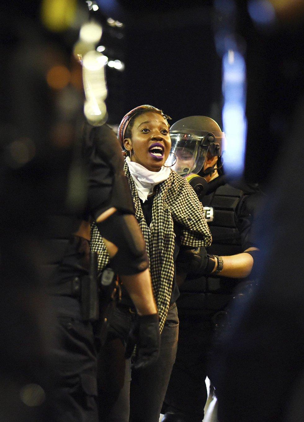 Una manifestante grita a policías antidisturbios durante unos enfrentamientos en Charlotte en Carolina del Norte (Estados Unidos).