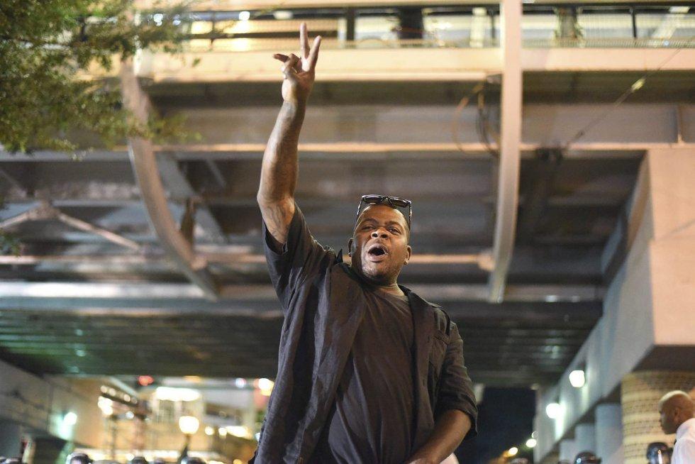 Un manifestante grita mientras se encara a policías antidisturbios durante unos disturbios en Charlotte en Carolina del Norte (Estados Unidos).