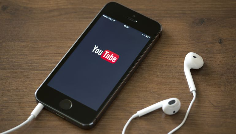 Un smartphone reproduciendo la app de YouTube.