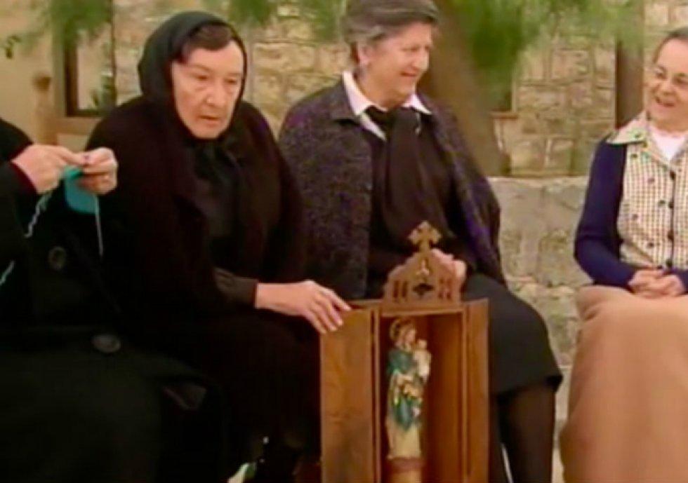 Cameo de Amparo Valle en el episodio 246 de 'Cuéntame cómo pasó' (2013) como una de las vecinas de Sagrillas.