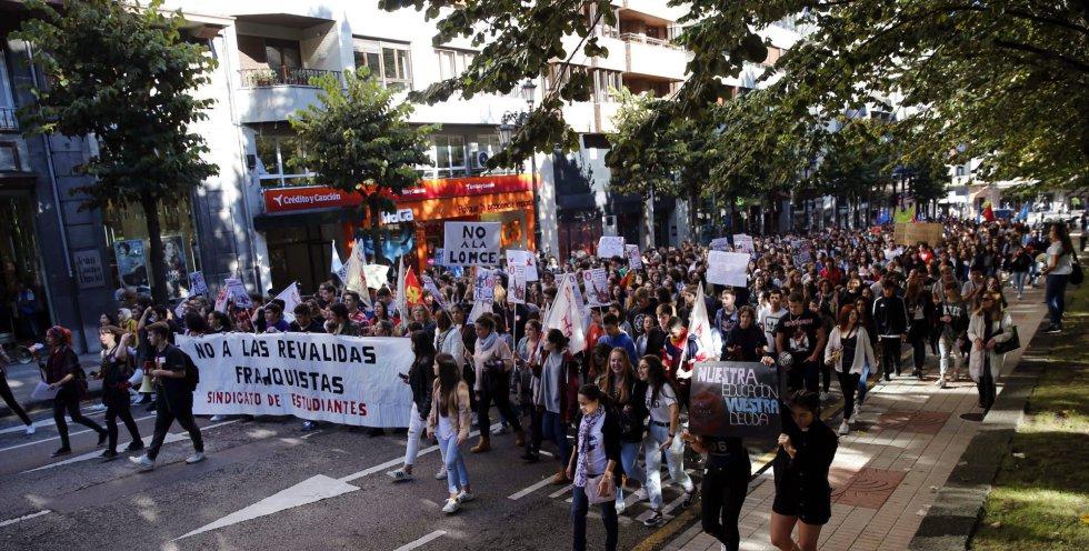 """Varios jóvenes durante la manifestación convocada esta jornada en Oviedo. El Sindicato de Estudiantes ha asegurado que la huelga convocada en las aulas está siendo """"un éxito"""" y a nivel estatal el seguimiento es del 90 por ciento."""