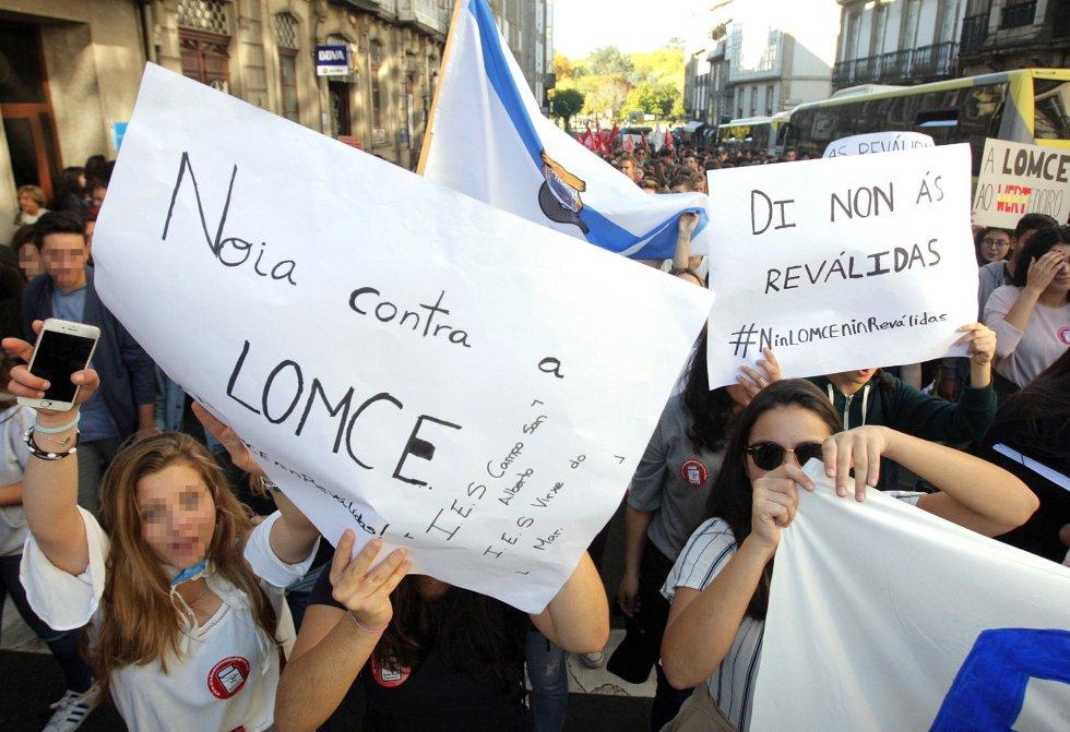 Varios jóvenes, durante la primera huelga estudiantil convocada este curso en rechazo a las reválidas o pruebas finales de ESO y Bachillerato que fija la Lomce, esta jornada en Santiago de Compostela.