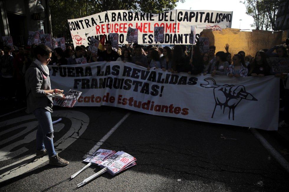 Varios jóvenes durante la marcha estudiantil convocada en Madrid por la Plataforma Regional por la Escuela Pública, que integran CCOO, UGT, el Sindicato de Estudiantes y la FAPA, desde Atocha a Sol.