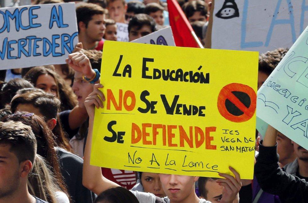 Varios jóvenes con carteles durante la manifestación convocada en Las Palmas de Gran Canaria.
