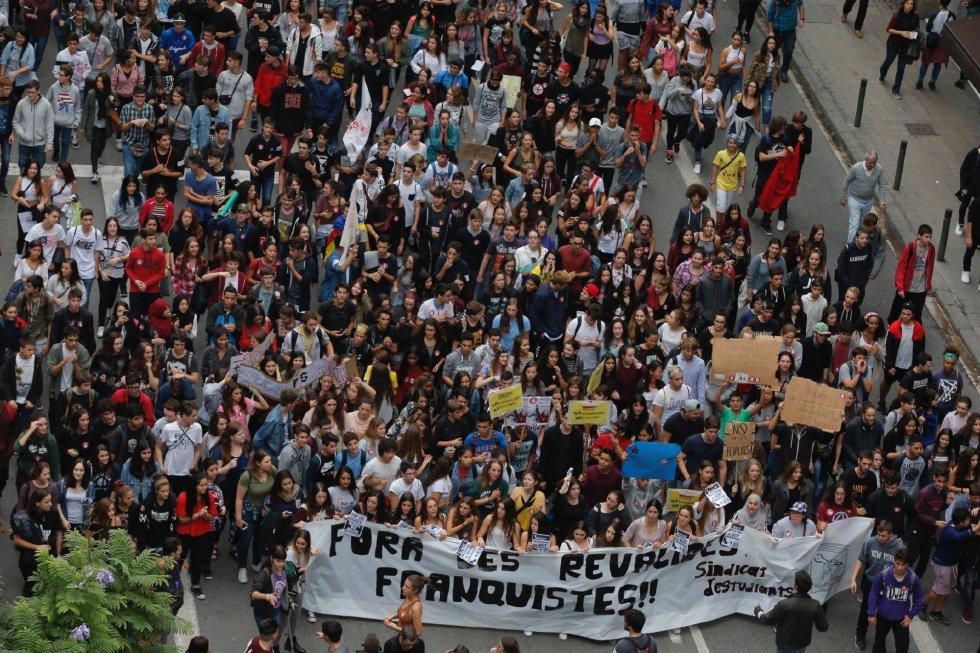 Varios centenares de estudiantes, la mayoría de secundaria, se manifiestan por el centro de Barcelona contra la Lomce y los exámenes de reválida que establece esta ley.