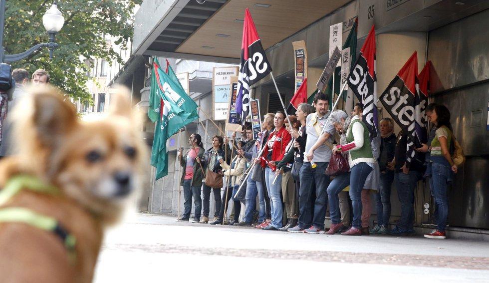 Miembros de los sindicatos ELA y Steilas durante la concentración ante el Gobierno Vasco, dentro de la jornada de movilizaciones en la enseñanza en contra de las reválidas incluidas en la Lomce.