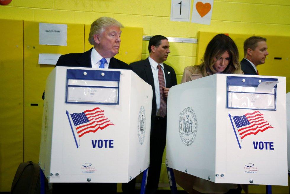 Donald Trump observa a su mujer mientras vota en las presidenciales.