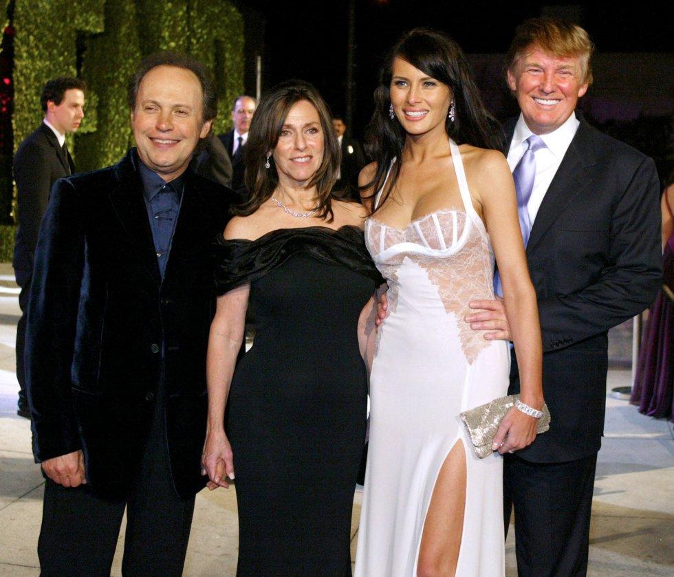 Billy Crystal, su mujer Janice Goldfinger, Melania Knauss y su entonces novio, Donald Trump, posan para la fista de Vanity Fair por los Oscar.