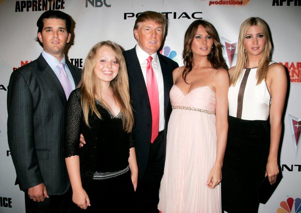 Donald Trump posa con su mujer y sus hijos para el programa de televisión 'El Aprendiz'.