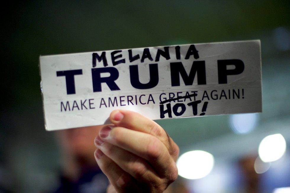 """""""Melania Trump pone América caliente otra vez"""", dice esta pegatina modificada de la campaña de Donald Trump."""