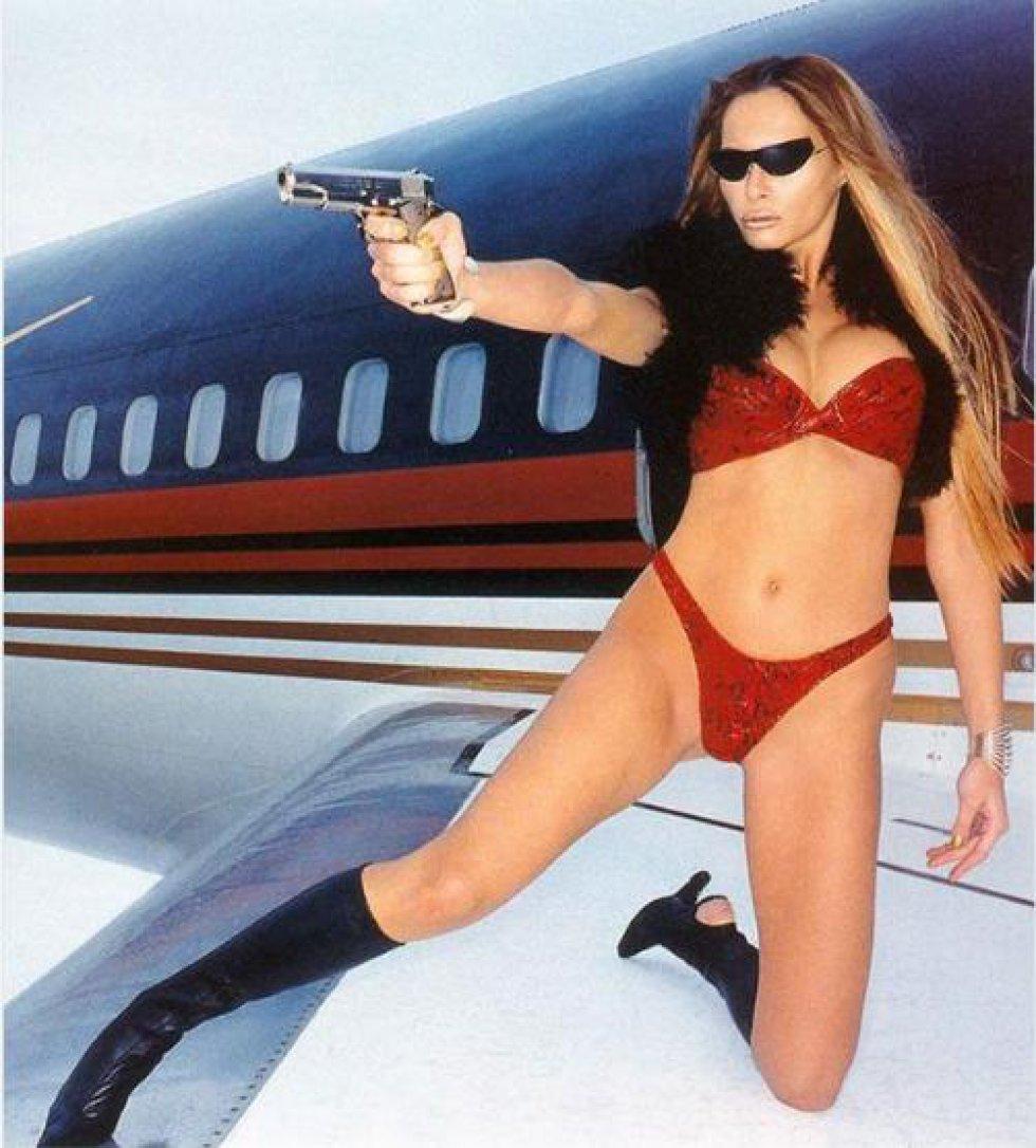 Melania posó en biquini y empuñando un arma en el jet privado de Donald Trump.